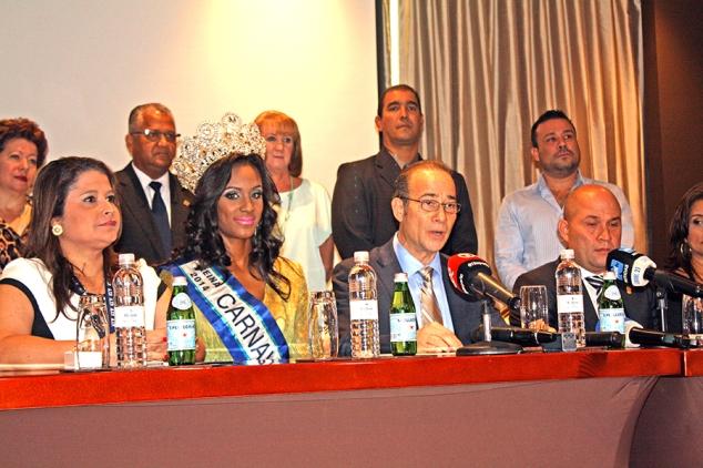 Rueda de prensa. Con Reina del Carnaval 2014, María de Lourdes Gallimore, y administrador de la ATP, Jesús Sierra.
